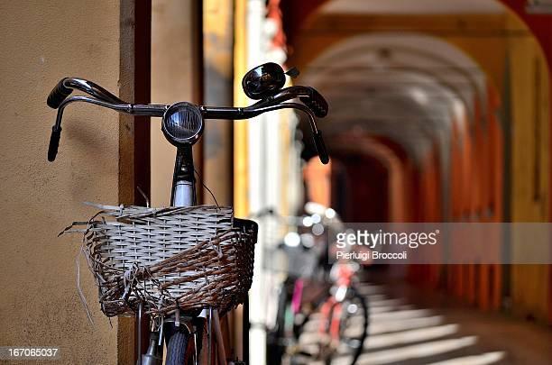 Bologna, sotto i portici di via San Petronio Vecch