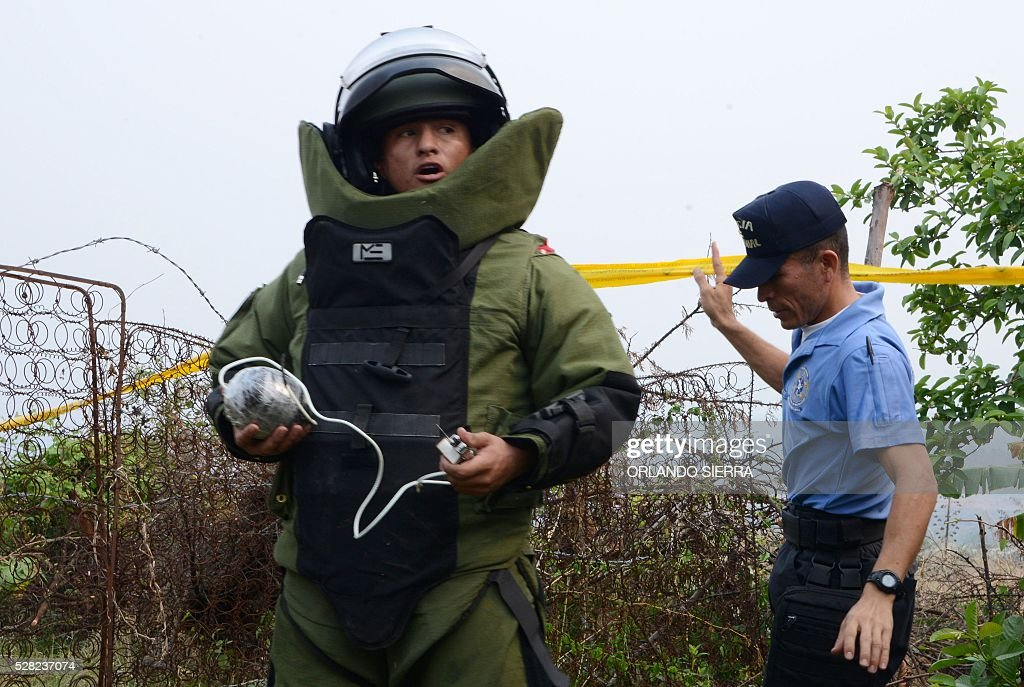 A bomb squad specialist gets ready to make a controlled explosion after suspicious artifacts were found in Habitat, a colony 25 km south of Tegucigalpa, on May 4, 2016. Security forces participating in Operation Hurricane found several explosive devices in an area controlled by gangs Barrio 18 and Mara Salvatrucha (MS-13). / AFP / ORLANDO
