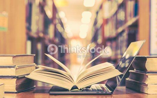 図書館の本とコンピューター技術 : ストックフォト