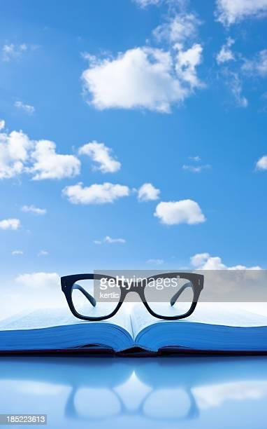 Buch und Gläser