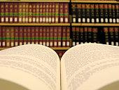 Libro en la biblioteca de derecho