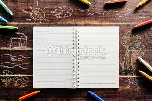 Reservar En El Libro Blanco Sobre La Mesa De Madera De Color Marrón ...
