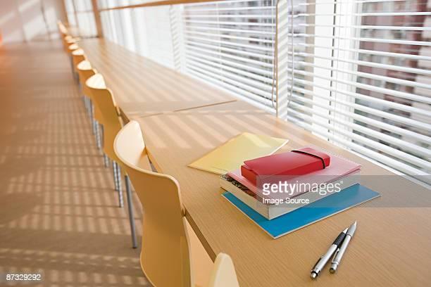 Livres et des stylos sur un bureau