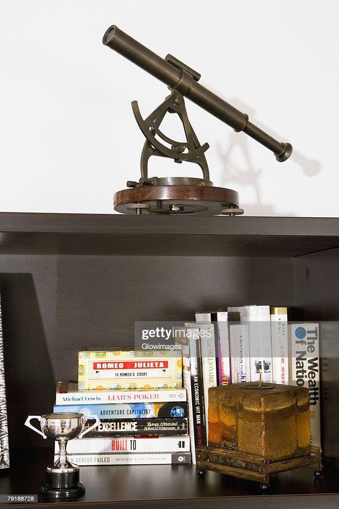 Books on a bookshelf : Foto de stock
