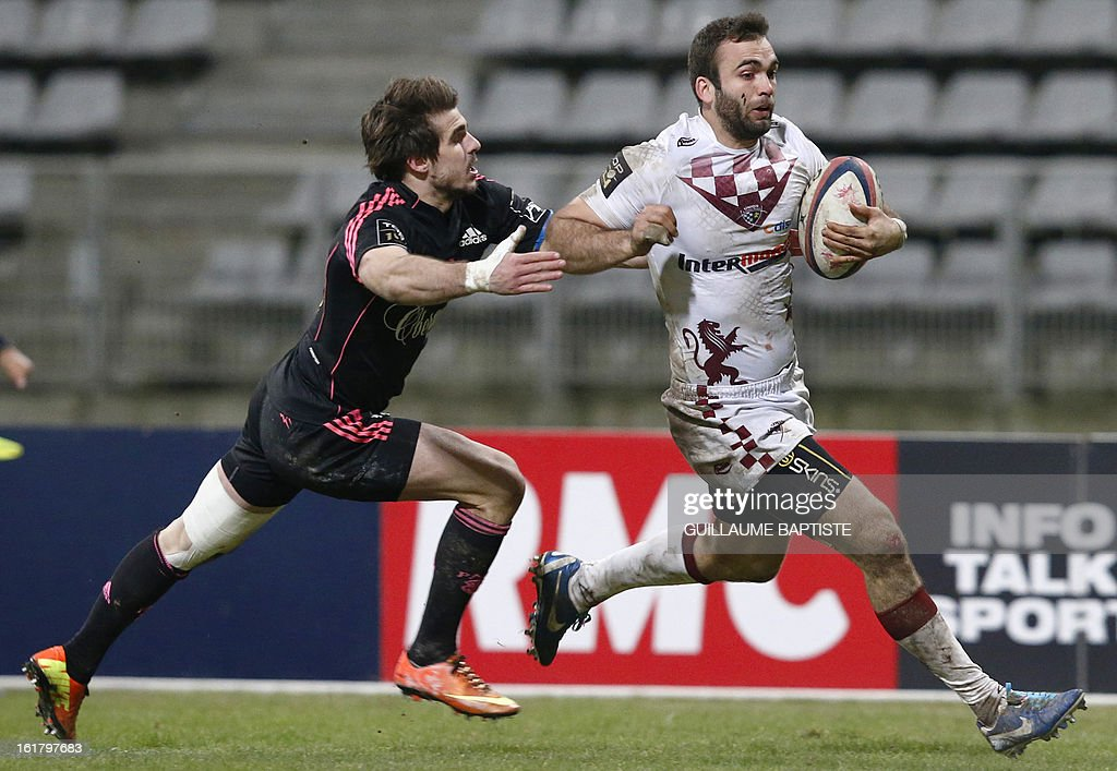Bordeaux Begles' French center Julien Rey (R) runs for a try despite Stade Francais' French fullback Hugo Bonneval attempt to tackle during the French Top 14 rugby union match between Stade Francais and Bordeaux-Begles on February 16, 2013 at the Stade Charlety in Paris.
