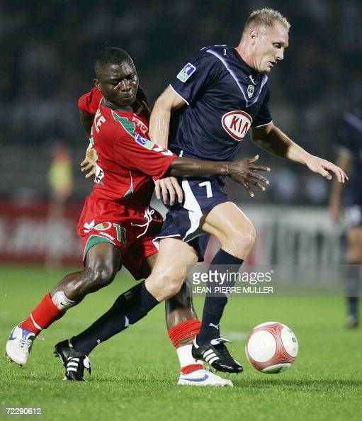 Bordeaux's forward Lilian Laslandes' runs with the ball in front of Sedan's Marcus Mokake 28 October 2006 in Bordeaux during their French L1 football...