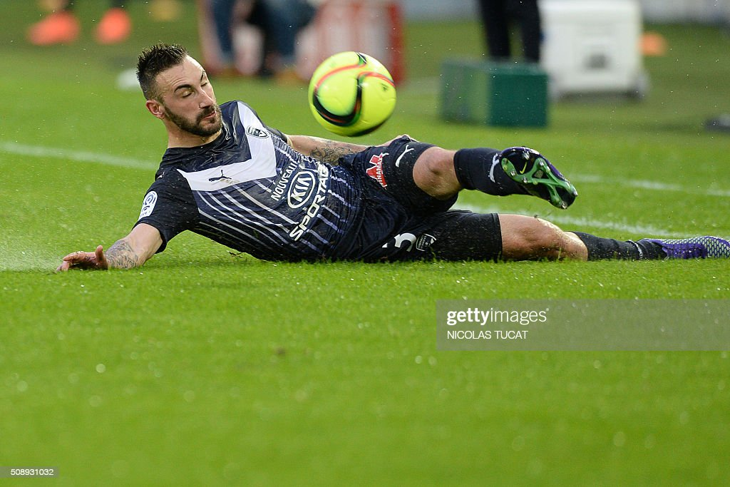 Bordeaux' German defender Diego Contento falls dives for the ball during the French L1 football match between Bordeaux (FCGB) and Saint-Etienne (ASSE) on February 7, 2016, at the Matmut Atlantique stadium in Bordeaux, southwestern France. AFP PHOTO / NICOLAS TUCAT / AFP / NICOLAS TUCAT