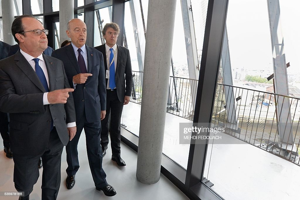Bordeaux mayor Alain Juppe (2ndL) and French President Francois Hollande (L) tour the Cite du Vin (Wine Museum) during its inauguration on May 31, 2016 in Bordeaux. New cultural, touristic and architectural symbol of Bordeaux, the Wine Museu wishes to attract 450,000 visitors per year, is set to open on June 1 following its inauguration by Francois Hollande. / AFP / POOL / MEHDI
