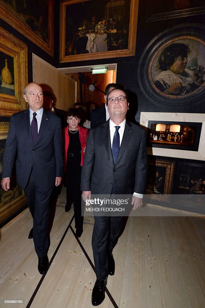 Bordeaux mayor Alain Juppe (L) and French President Francois Hollande tour the Cite du Vin (Wine Museum) during its inauguration on May 31, 2016 in Bordeaux. New cultural, touristic and architectural symbol of Bordeaux, the Wine Museu wishes to attract 450,000 visitors per year, is set to open on June 1 following its inauguration by Francois Hollande. / AFP / POOL / MEHDI