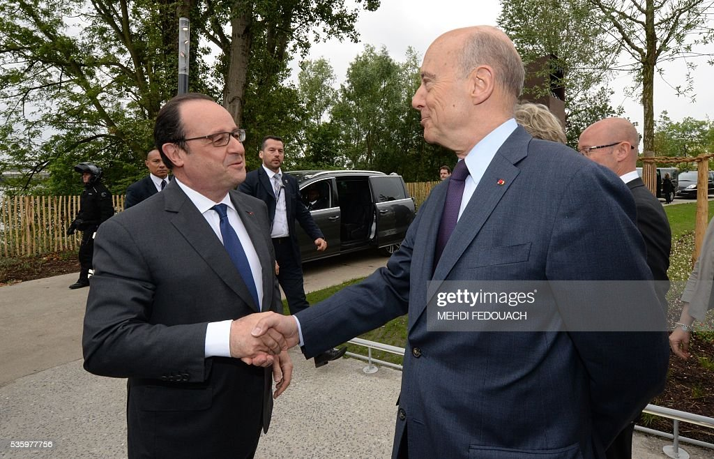 Bordeaux mayor Alain Juppe (R) greets French President Francois Hollande upon his arrival for the inauguration of the Cite du Vin (Wine Museum) on May 31, 2016 in Bordeaux. New cultural, touristic and architectural symbol of Bordeaux, the Wine Museu wishes to attract 450,000 visitors per year, is set to open on June 1 following its inauguration by Francois Hollande. / AFP / POOL / MEHDI