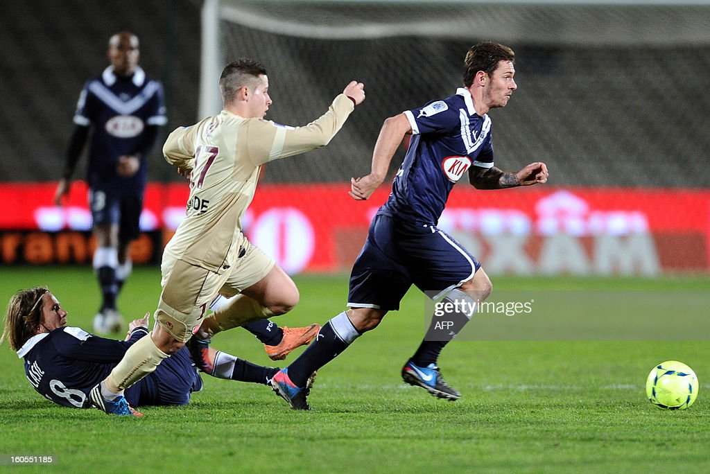 Bordeaux' Polish midfielder Ludovic Obraniak (R) vies with Valenciennes' French defender Loris Nery (L) during the French L1 football match Bordeaux (FCGB) vs Valenciennes (VAFC), on February 2, 2013 at the Chaban Delmas Stadium in Bordeaux.