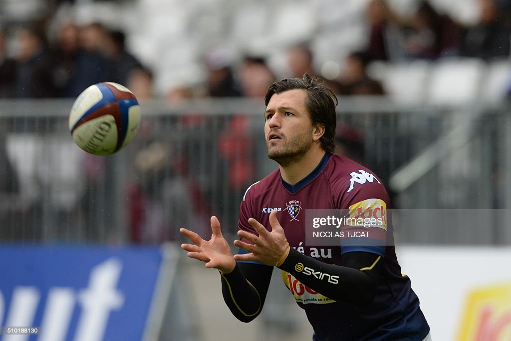 Bordeaux-Begles' Australian wing Adam Ashley-Cooper grabs a ball during the warm up of the French Top 14 rugby union match between Bordeaux-Begles (UBB) and Toulon on February 14, 2016 at the Matmut Atlantique stadium in Bordeaux, southwestern France. AFP PHOTO / NICOLAS TUCAT / AFP / NICOLAS TUCAT