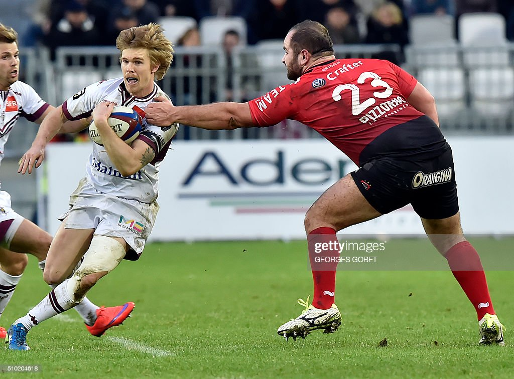 Bordeaux-Begles' Australian wing Blair Connor (L) plays the ball during the French Top 14 rugby union match U Bordeaux-Begles vs RC Toulon on febuary 14, 2016 at the Matmut Atlantique Stadium in Bordeaux.. AFP PHOTO GEORGES GOBET / AFP / GEORGES GOBET