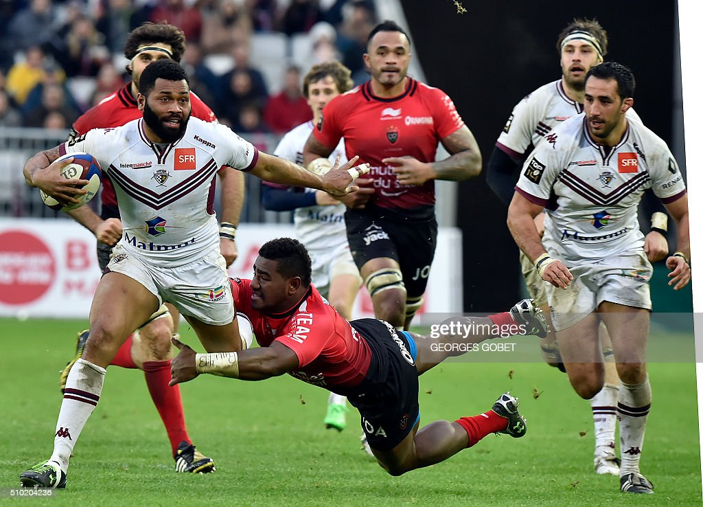 Bordeaux-Begles' Fijian wing Metiuisela Talebula plays the ball during the French Top 14 rugby union match Bordeaux-Begles vs RC Toulon on febuary 14, 2016 at the Matmut Atlantique Stadium in Bordeaux. / AFP / GEORGES GOBET