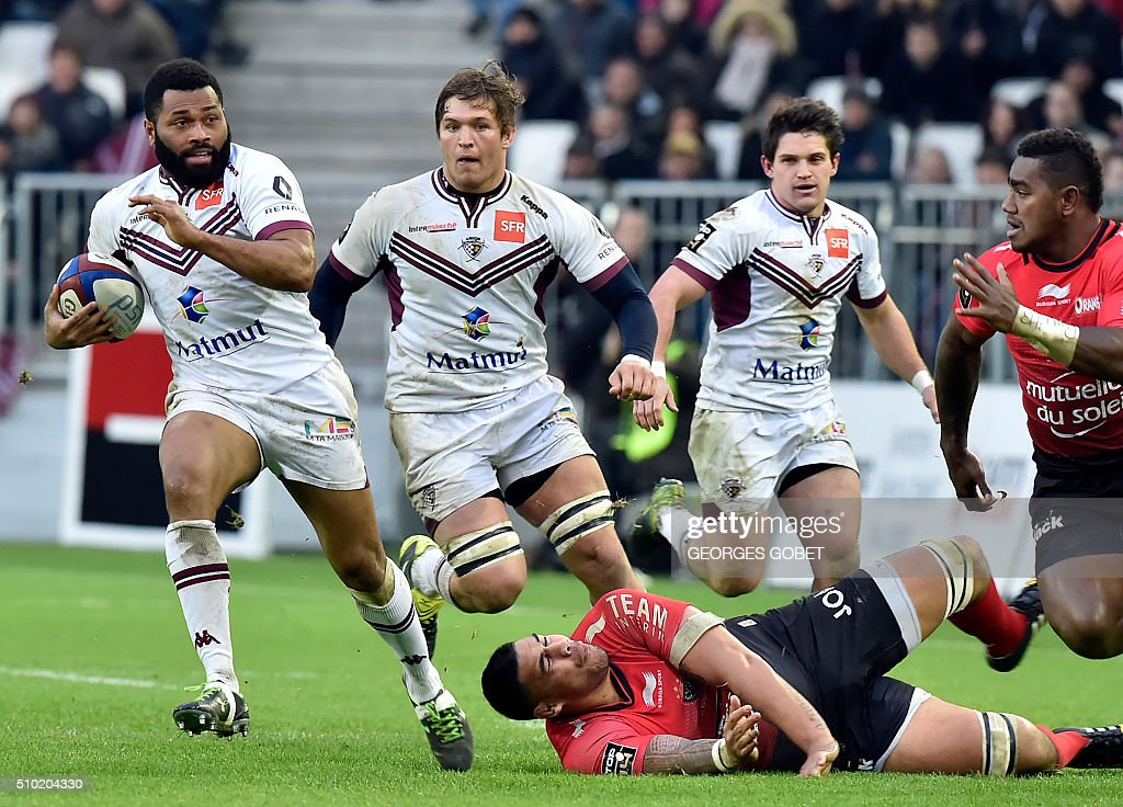 Bordeaux-Begles' Fijian wing Metiuisela Talebula (L) plays the ball during the French Top 14 rugby union match Bordeaux-Begles vs RC Toulon on febuary 14, 2016 at the Matmut Atlantique Stadium in Bordeaux. / AFP / GEORGES GOBET