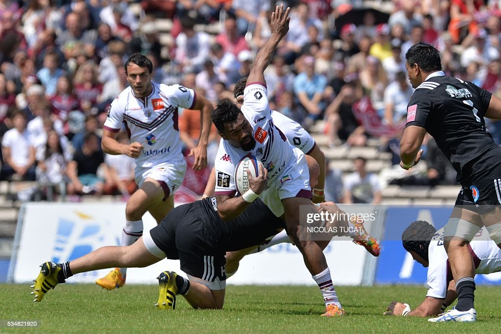 Bordeaux-Begles' Fijian wing Metiuisela Talebula (R) runs with the ball during the French Top 14 rugby union match between Bordeaux-Begles and Brive on May 28, 2016 at the Chaban-Delmas stadium in Bordeaux, southwestern France.