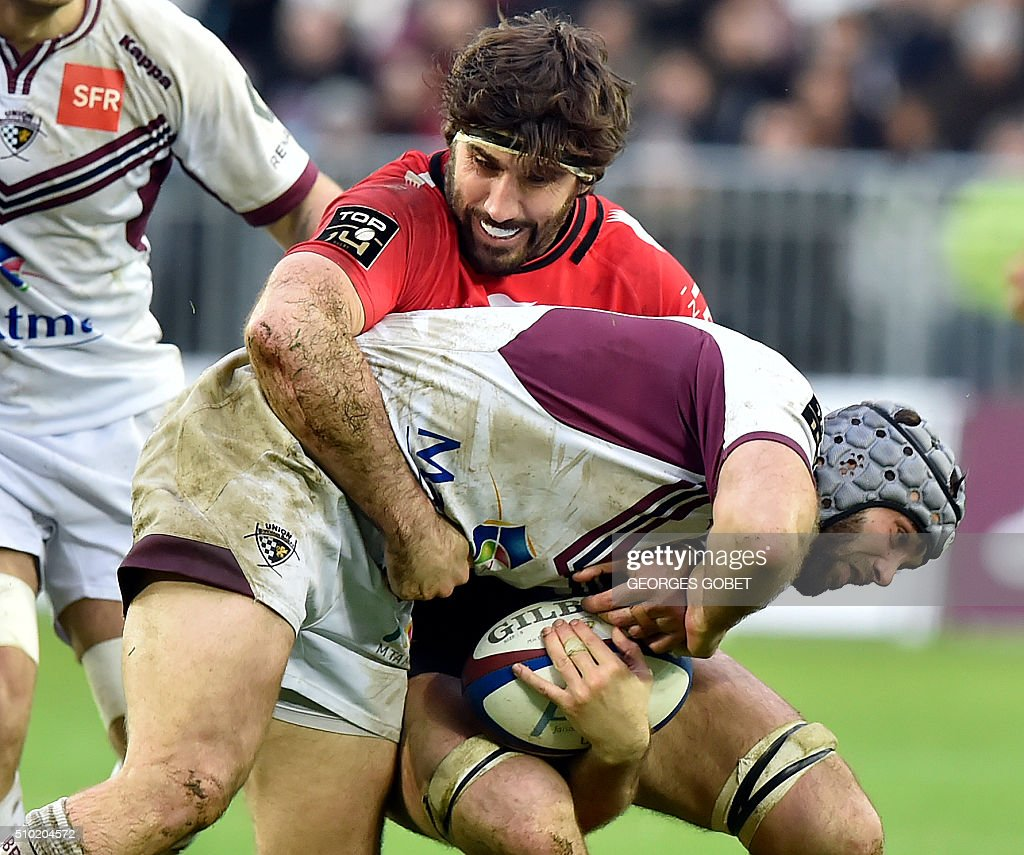 Bordeaux-Begles' French centre Julien Rey (C) plays the ball during the French Top 14 rugby union match Bordeaux-Begles vs RC Toulon on febuary 14, 2016 at the Matmut Atlantique Stadium in Bordeaux. / AFP / GEORGES GOBET
