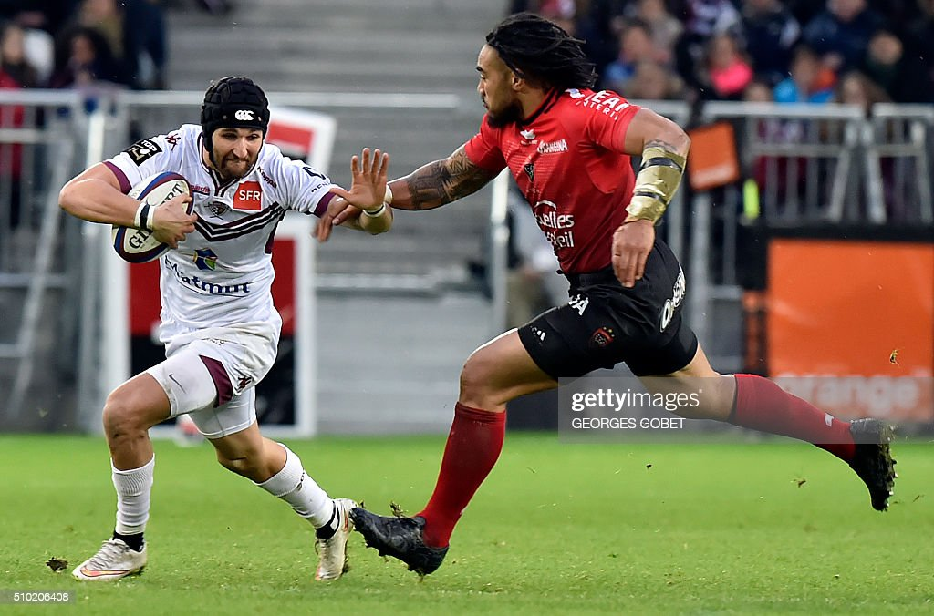 Bordeaux-Begles' French centre Julien Rey (L) runs to evade Toulon's New Zealander centre Maa Nonu during the French Top 14 rugby union match between Bordeaux-Begles and Toulon on February 14, 2016, at the Matmut-Atlantique Stadium in Bordeaux, southwestern France. / AFP / GEORGES GOBET