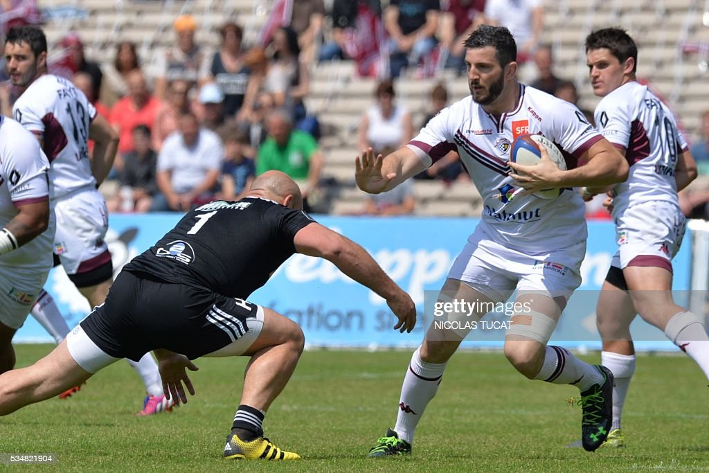 Bordeaux-Begles' French flanker Loann Goujon (R) vies with Brive's French prop Lucas Pointud (L) during the French Top 14 rugby union match between Bordeaux-Begles and Brive on May 28, 2016 at the Chaban-Delmas stadium in Bordeaux, southwestern France.