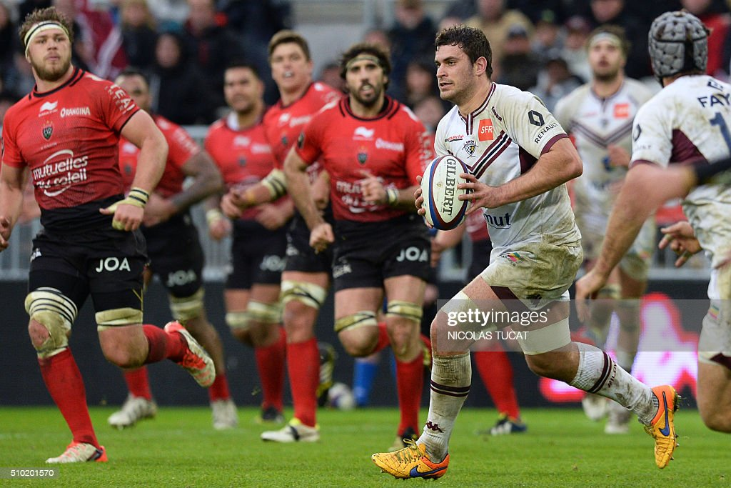Bordeaux-Begles' French flanker Marco Tauleigne (R) runs with the ball during the French Top 14 rugby union match between Bordeaux-Begles and Toulon on February 14, 2016 at the Matmut Atlantique stadium in Bordeaux, southwestern France. AFP PHOTO / NICOLAS TUCAT / AFP / NICOLAS TUCAT