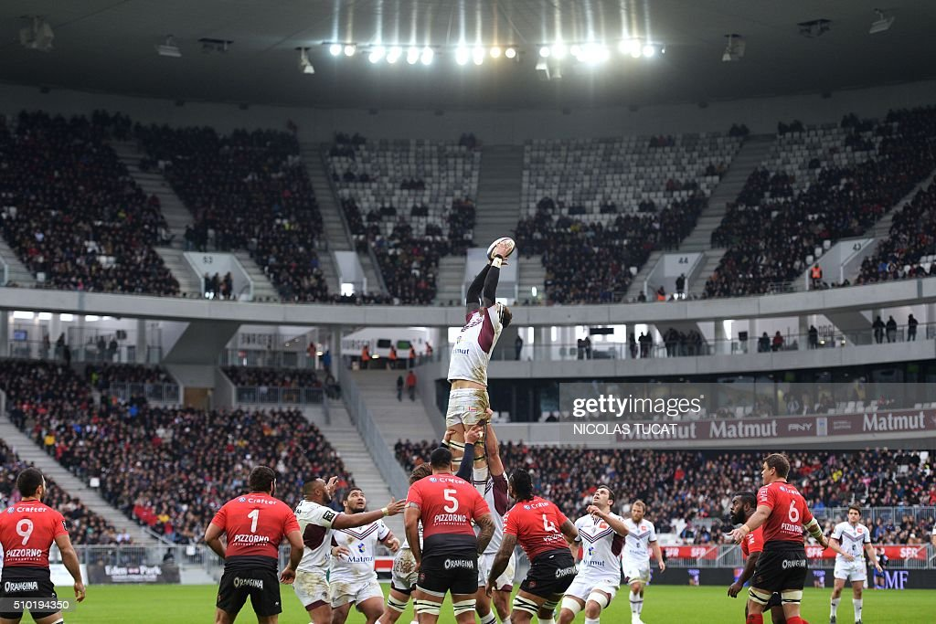 Bordeaux-Begles' French lock Julien Le Devedec (C) grabs the ball in a line out during the French Top 14 rugby union match between Bordeaux-Begles and Toulon on February 14, 2016 at the Matmut Atlantique stadium in Bordeaux, southwestern France. AFP PHOTO / NICOLAS TUCAT / AFP / NICOLAS TUCAT