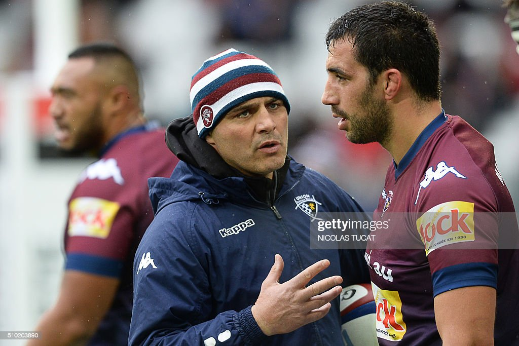 Bordeaux-Begles' head coach Raphael Ibanez (L) talks to Bordeaux-Begles' French flanker Louis-Benoit Madaule (R) during warm up before during the French Top 14 rugby union match between Bordeaux-Begles and Toulon on February 14, 2016 at the Matmut Atlantique stadium in Bordeaux, southwestern France. AFP PHOTO / NICOLAS TUCAT / AFP / NICOLAS TUCAT
