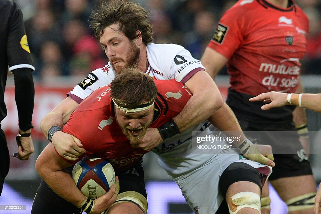 Bordeaux-Begles' New Zealand flanker Hugh Chalmers (R) tackles Toulon's South African Number Eight Duane Vermeulen (L) during the French Top 14 rugby union match between Bordeaux-Begles and Toulon on February 14, 2016 at the Matmut Atlantique stadium in Bordeaux, southwestern France. AFP PHOTO / NICOLAS TUCAT / AFP / NICOLAS TUCAT