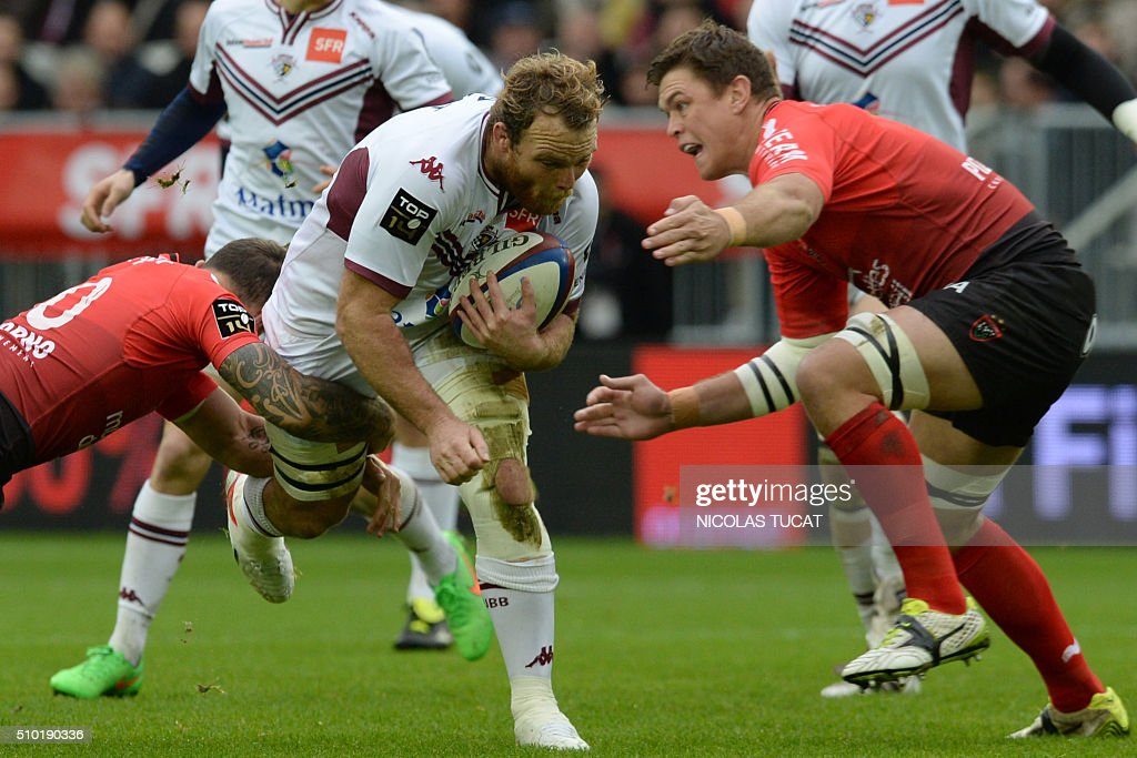 Bordeaux-Begles' New Zealander flanker Luke Braid (L) challenges RC Toulon's South African flanker Juan Smith (R) during the French Top 14 rugby union match between Bordeaux-Begles (UBB) and Toulon on February 14, 2016 at the Matmut Atlantique stadium in Bordeaux, southwestern France. AFP PHOTO / NICOLAS TUCAT / AFP / NICOLAS TUCAT
