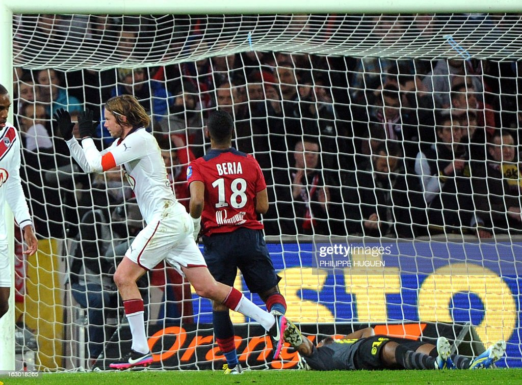 Bordeaux's Czech midfielder Jaroslav Plasil (L) celebrates after scoring a goal during the French L1 football match Lille (LOSC) vs Bordeaux (FCGB) on March 3, 2013 at the Grand Stade Stadium in Villeneuve d'Ascq, northern France.