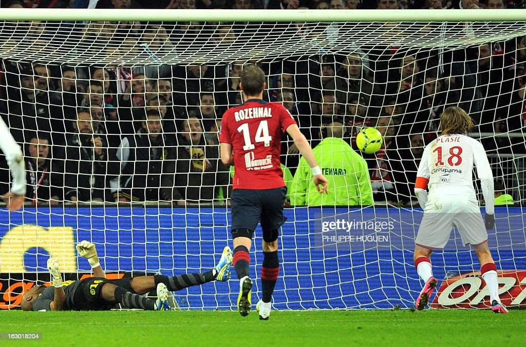 Bordeaux's Czech midfielder Jaroslav Plasil (R) scores a goal during the French L1 football match Lille (LOSC) vs Bordeaux (FCGB) on March 3, 2013 at the Grand Stade Stadium in Villeneuve d'Ascq, northern France.