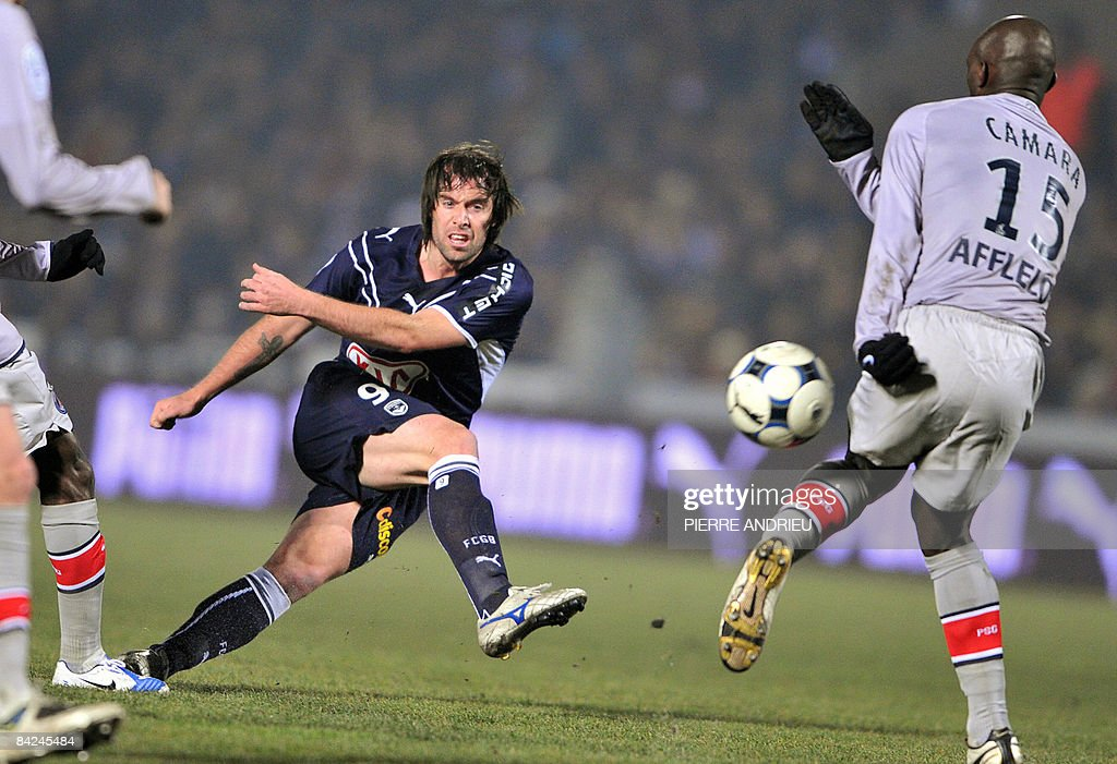 Bordeaux's forward Fernando Cavenaghi shoots during the French L1 football match Bordeaux versus Paris PSG on January 11 2009 at the Chaban Delmas...