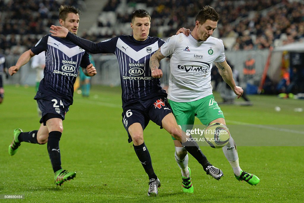 Bordeaux''s French defenders Mathieu Debuchy (L) and Frederic Guilbert (C) vie for the ball with Saint-Etienne's French forward Nolan Roux (R) during the French L1 football match between Bordeaux (FCGB) and Saint-Etienne (ASSE) on February 7, 2016, at the Matmut Atlantique stadium in Bordeaux, southwestern France. AFP PHOTO / NICOLAS TUCAT / AFP / NICOLAS TUCAT