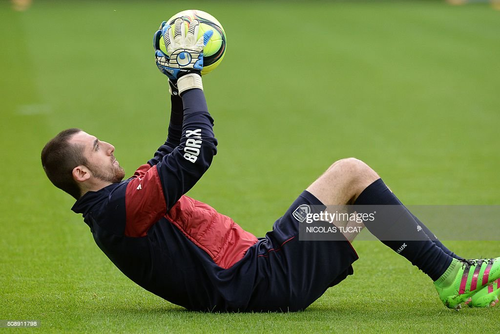 Bordeaux's French goalkeeper Paul Bernardoni grabs the ball during warm up prior to the French L1 football match between Bordeaux (FCGB) and Saint-Etienne (ASSE) on February 7, 2016, at the Matmut Atlantique stadium in Bordeaux, southwestern France. AFP PHOTO / NICOLAS TUCAT / AFP / NICOLAS TUCAT