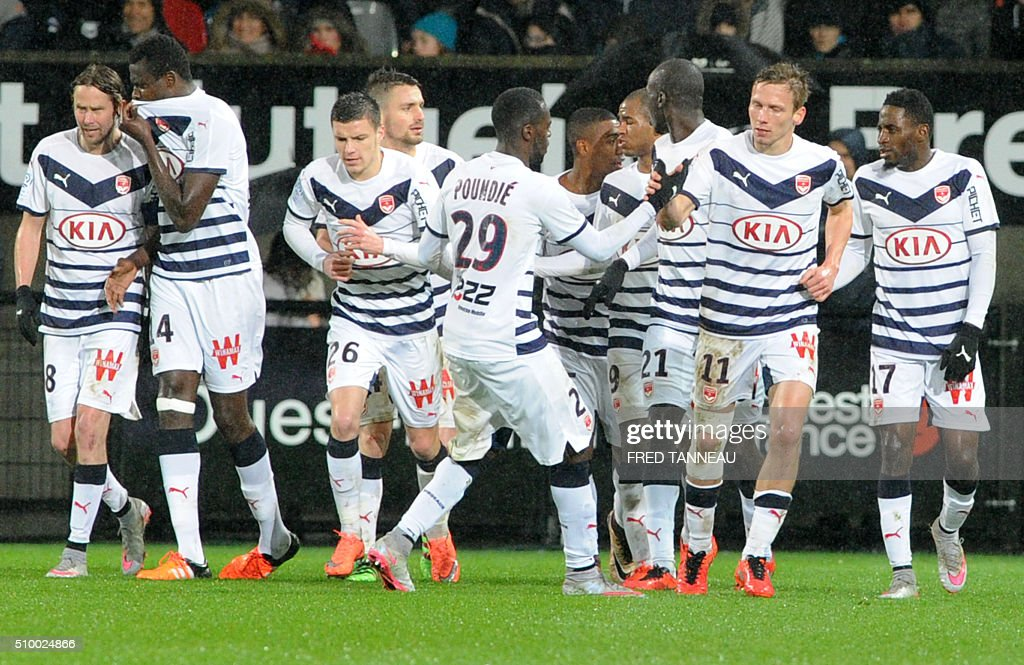 Bordeaux's French midfielder Clement Chantome (2nR) is congratulated by his teammates after scoring a goal during the French L1 football match Guingamp against Bordeaux on February 13, 2016 at the Roudourou stadium in Guingamp, western France. / AFP / FRED TANNEAU