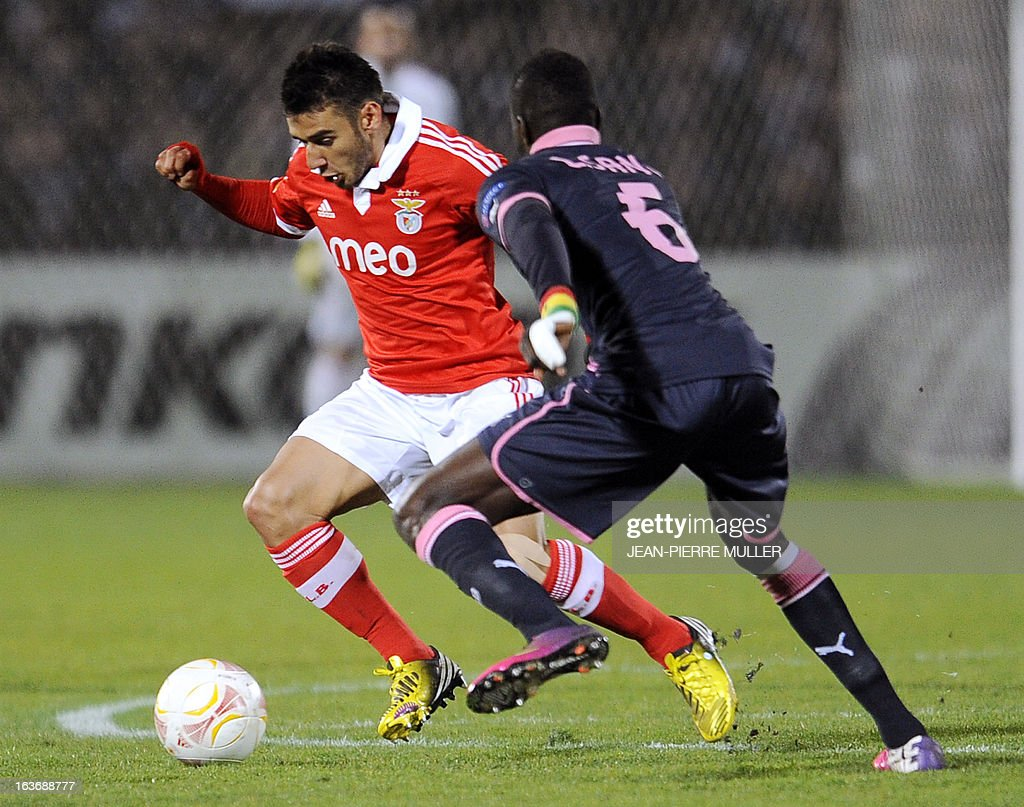Bordeaux's Ludovic Sane (R) vies with Benfica's Eduardo Salvio during the UEFA Europa league round of 16 football match Bordeaux vs Benfica on March 14 , 2013 at the Chaban-Delmas stadium in Bordeaux, southwerstern France.