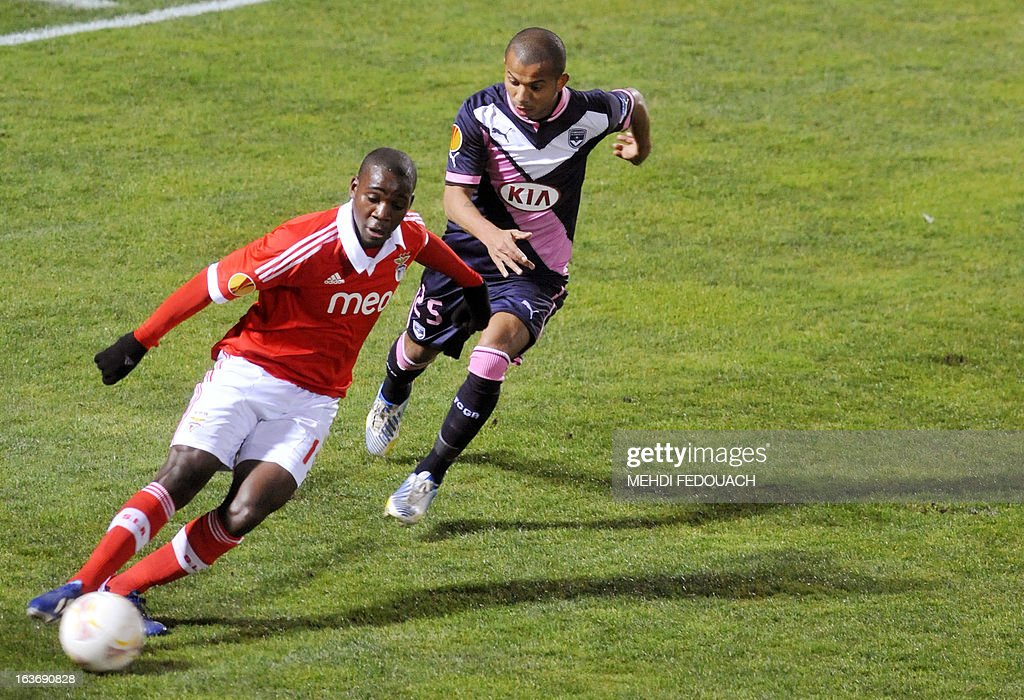 Bordeaux's Mariano (R) vies with Benfica's Ola John during the UEFA Europa league round of 16 football match Bordeaux vs Benfica on March 14, 2013 at the Chaban-Delmas stadium in Bordeaux, southwerstern France.