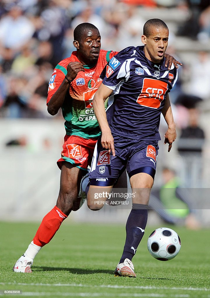 Bordeaux's midfielder Wendel fights for the ball with Sedan's forward Marcus Mokake during their French Cup match on April 16 2008 at the Chaban...