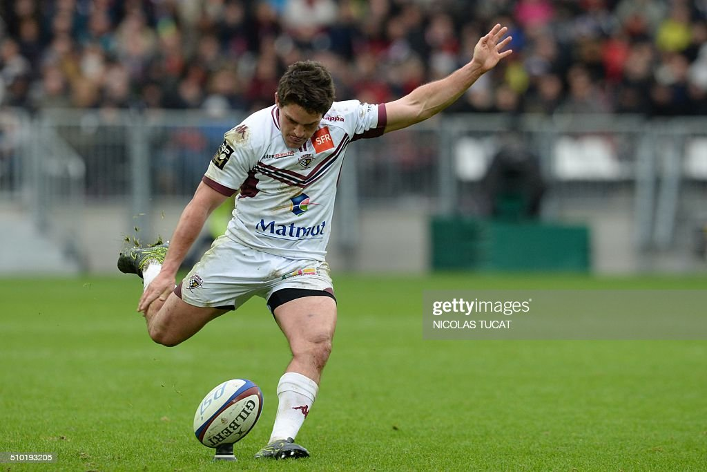 Bordeaux's New Zealander fly half Simon Hickey kicks a penalty during the French Top 14 rugby union match between Bordeaux-Begles and Toulon on February 14, 2016 at the Matmut Atlantique stadium in Bordeaux, southwestern France. AFP PHOTO / NICOLAS TUCAT / AFP / NICOLAS TUCAT