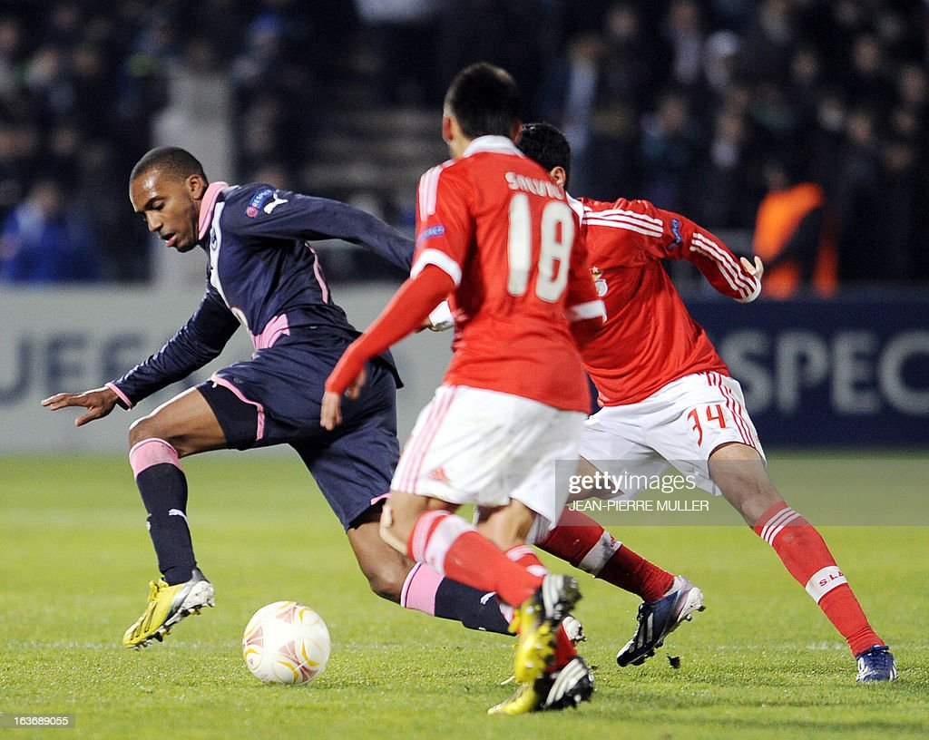 Bordeaux's Nicolas Maurice-Belay (L) vies with Benfica's Eduardo Salvio (C) during the UEFA Europa league round of 16 football match Bordeaux vs Benfica on March 14 , 2013 at the Chaban-Delmas stadium in Bordeaux, southwerstern France. AFP PHOTO / JEAN-PIERRE MULLER