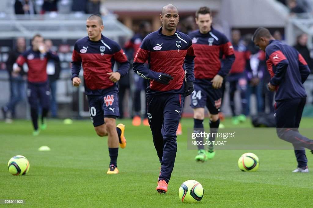 Bordeaux's Uruguayan forward Diego Rolan (C) warms up prior to the French L1 football match between Bordeaux (FCGB) and Saint-Etienne (ASSE) on February 7, 2016, at the Matmut Atlantique stadium in Bordeaux, southwestern France. AFP PHOTO / NICOLAS TUCAT / AFP / NICOLAS TUCAT