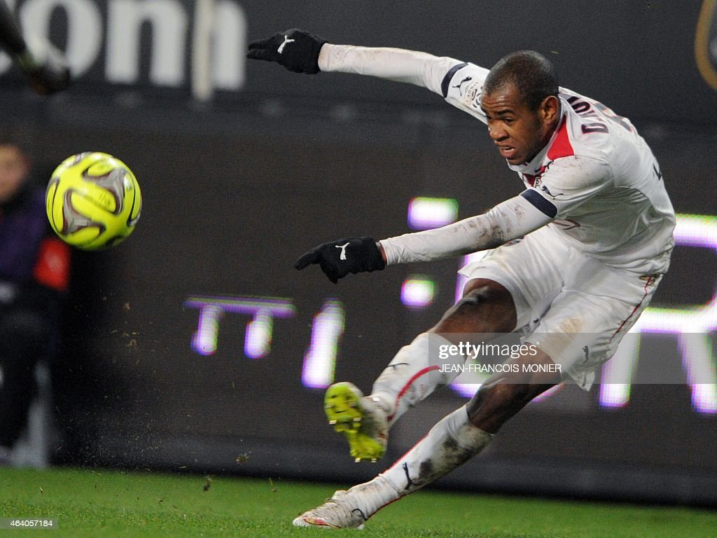 Bordeaux's Uruguyan forward Diego Rolan kicks the ball during the French L1 football match between Rennes (Stade Rennais FC) and Bordeaux (FCGB) on February 21, 2015, at route de Lorient stadium in Rennes, western France.