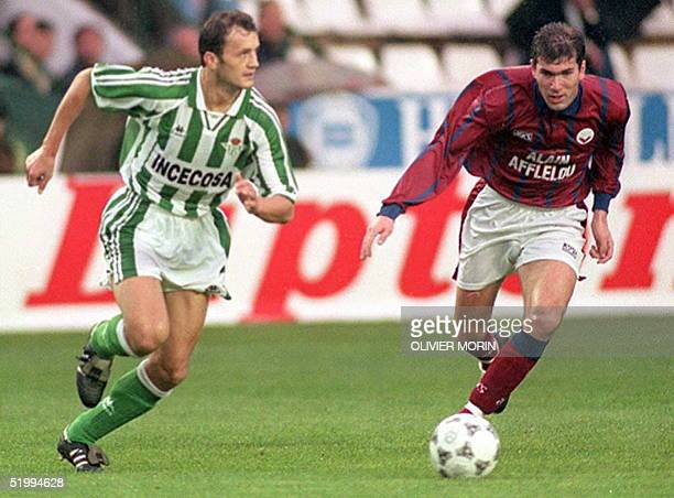 Bordeaux's Zinedine Zidane duels with Betis' captain Alexis 06 December during their Betis Sevilla/Bordeaux UEFA Cup third round second leg match...