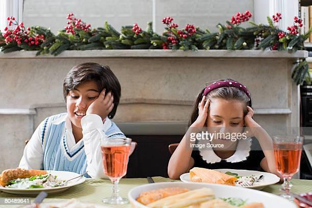 Les enfants s'ennuie dîner de Noël