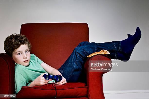 Gelangweilt Couch-Potato Junge spielt mit Computer-Spielen