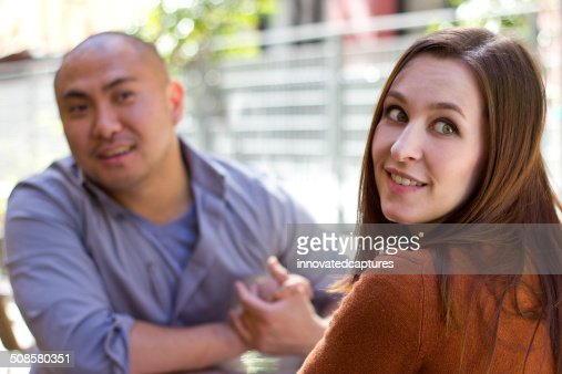 Femme ennuie sur une Date en plein air est impoli : Photo