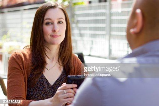 Gelangweilt Frau auf einem Outdoor-Datum abgelenkt per Telefon : Stock-Foto