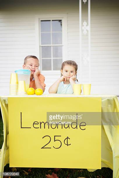 Marre petit garçon et une fille assis de buvette