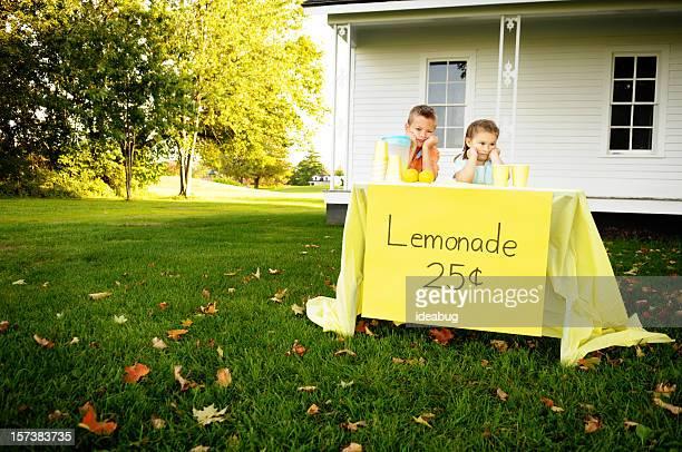 Marre petit garçon et fille debout derrière buvette
