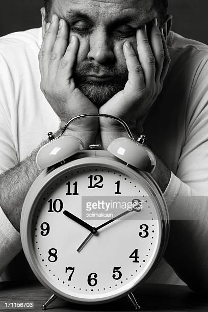Annoiato uomo con grande Orologio sveglia