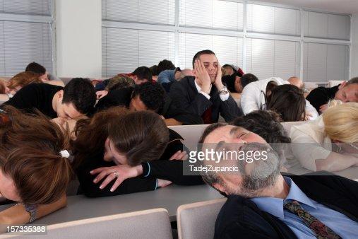Sleeping público em um seminário de negócios de brocar
